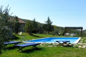 La piscina e il casale